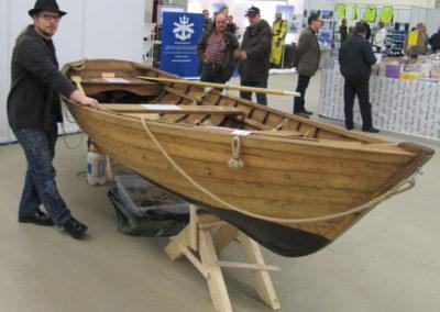 Veistäjä ja vastavalmistunut vene